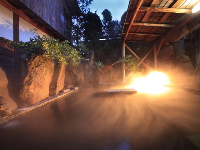 大きな露天風呂でゆったりとした時間をお過ごしください