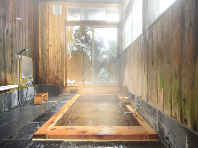 信山檜風呂はいつでも貸切可能です。  お風呂の入り口の扉に鍵がついていますので鍵を閉めてお入りください。  予約の必要もありません。逆に鍵のかかっているときは、お時間を調整して  ご利用下さい。