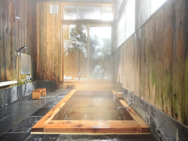 信山檜風呂はいつでも貸切可能です。  お風呂の入り口の扉に鍵がついていますので鍵を閉めてお入りください。  予約の必要もありません。逆に鍵のかかっているときは、お時間を調整して  ご利用下さい。※尚、お風呂の貸切につきましては、ご宿泊者限定です。湯めぐりや日帰りでのご入浴のお客様は  お風呂の貸切はできませんのでご了承下さい。