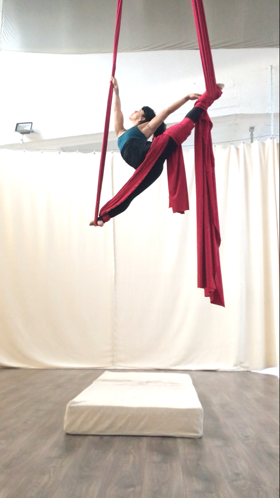 Yatzin Kosom aerial silks tissue acrobatics teacher Cologne