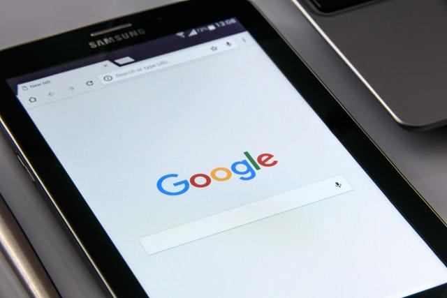 Das Bild zeigt ein Samsung Tablet auf welchem die Google-Seite aufgeschlagen ist. Dies steht für Google Adwords, resp. für die Google Ads sowie Displaykampagnen welche auch von marketing-helper angeboten werden.