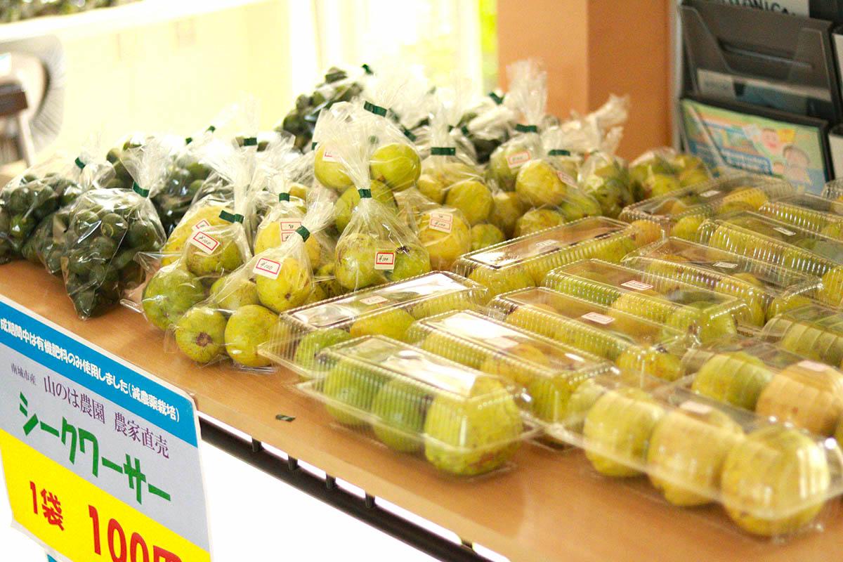 窓口前には新鮮野菜と果物がズラリ!
