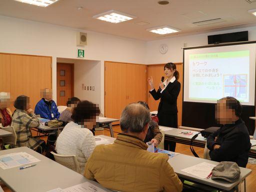 生前整理の講座で講師を務める鈴木の写真です