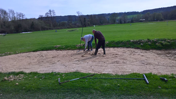 Pendant ce temps là, certains jouent dans le sable et font des chateaux ...