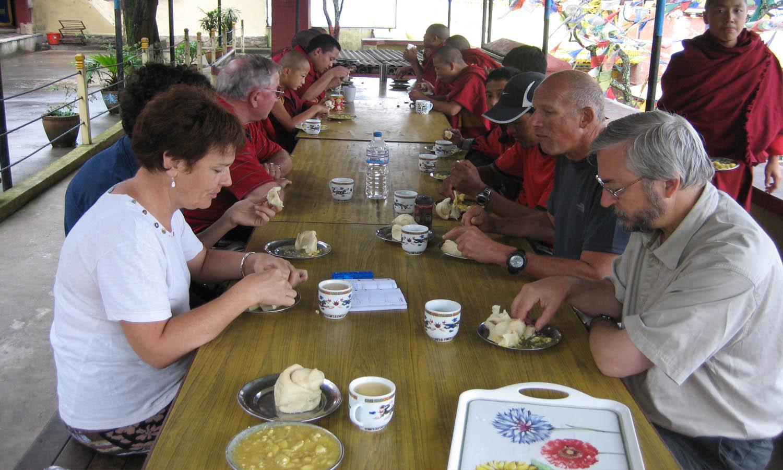 Repas de l'équipe à Nano Bouddha temple photo Noelle Touma