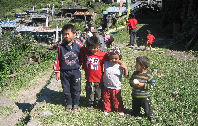 TOUJOURS DE NOMBREUX ENFANTS  trek Langtang  photo Noelle Touma Nepal Khumbu Shangrila