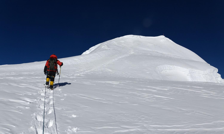 A la montée vers 6000 m - photo Gilles de Broucker