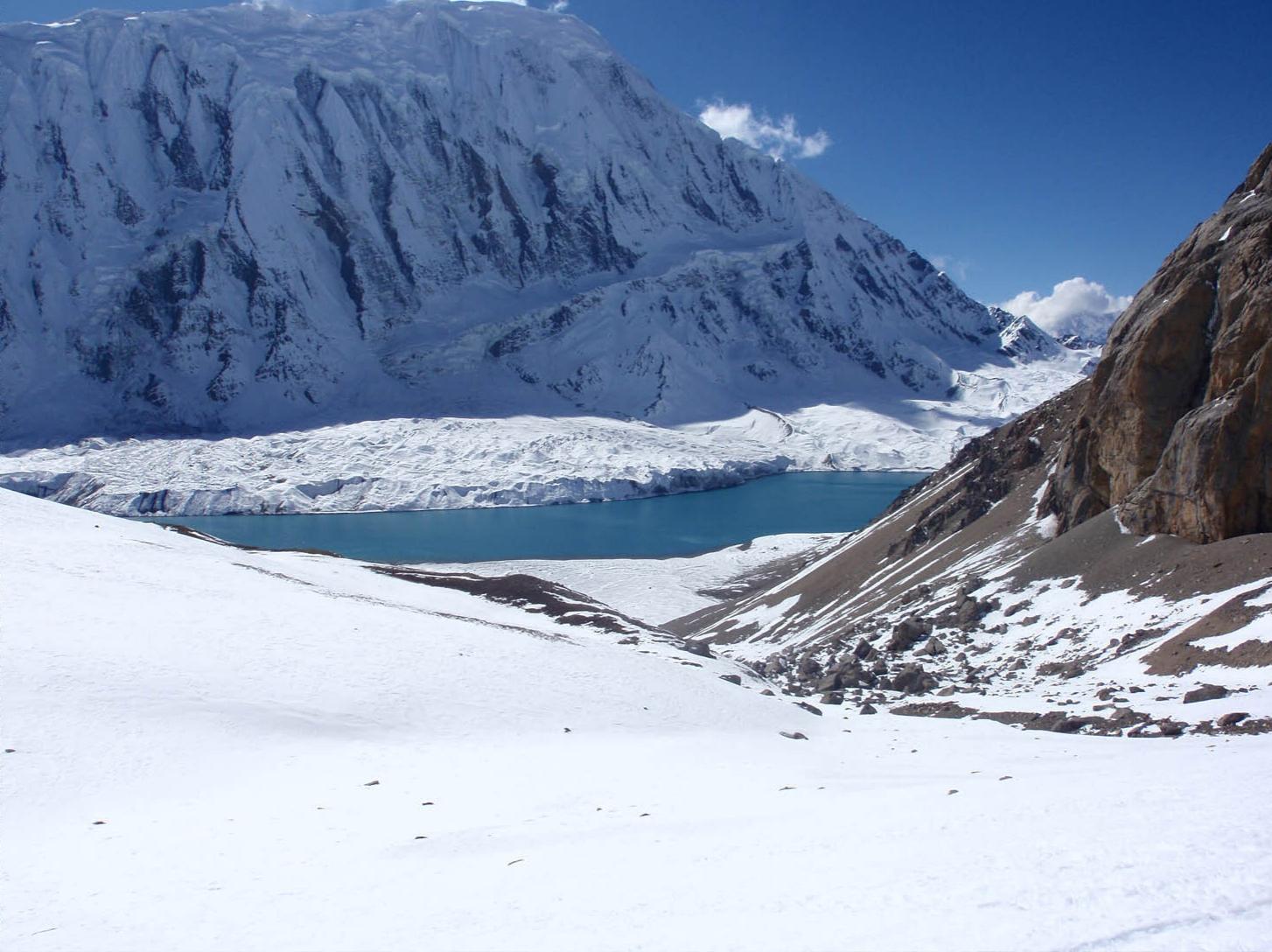 Naar Phu Tilicho - Lac Tilicho et au fond l'arête du Tilicho Peak