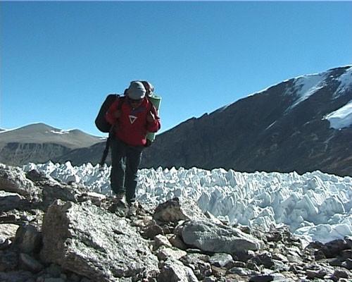 Tashi monte au CB avancé avec derrière lui les pénitents de glace
