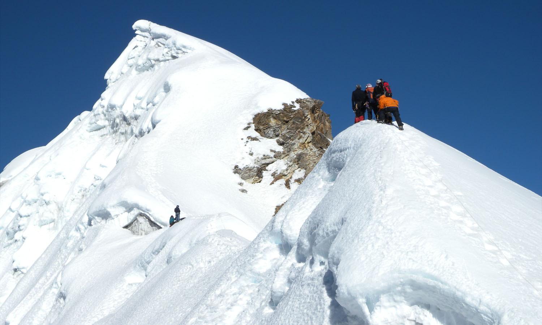 Sur l'arête finale http://www.shangrila-trek.com/trek-peak-lobuche/