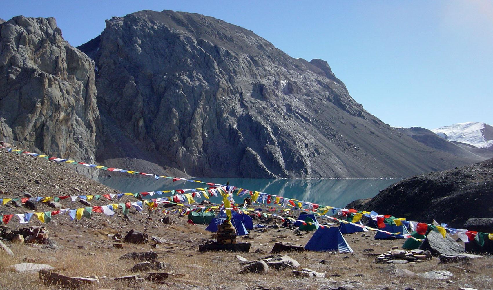 Camp de base au bord du lac