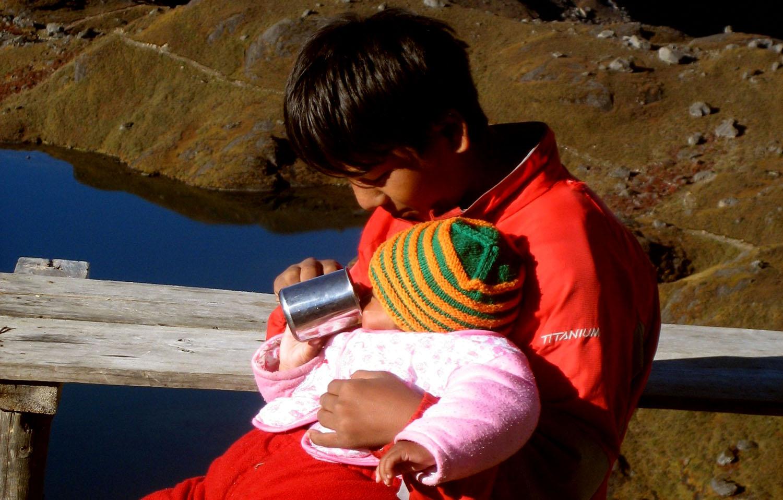 Les grands s'occupent des petits  Noelle Touma Nepal Khumbu Shangrila