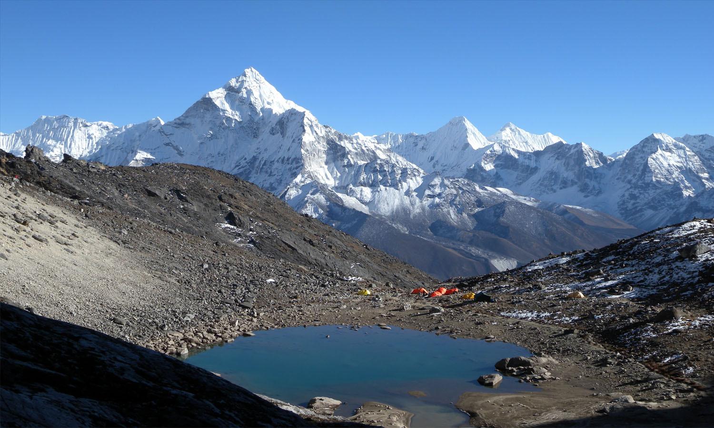 Notre camp est au bord du lac http://www.shangrila-trek.com/trek-peak-lobuche/