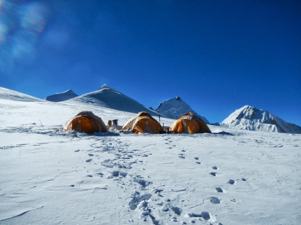 Camp 3 au milieu de l'image l'Himlung - photo Daniel Boulens
