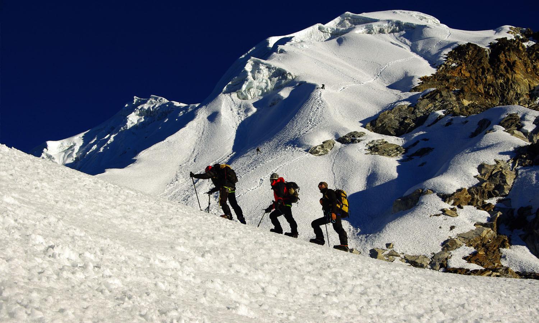 Pente de neige à 3 heures du départ http://www.shangrila-trek.com/trek-peak-lobuche/