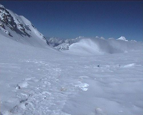 vue depuis le C3 à 7200 m. C'est ce long plateau que l'on remonte entre C2 et C3