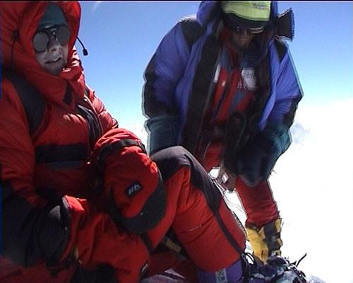on y est Pascale et Tashi au sommet du Shishapangma il est 13 heures on est parti de C3 à 6 H du matin