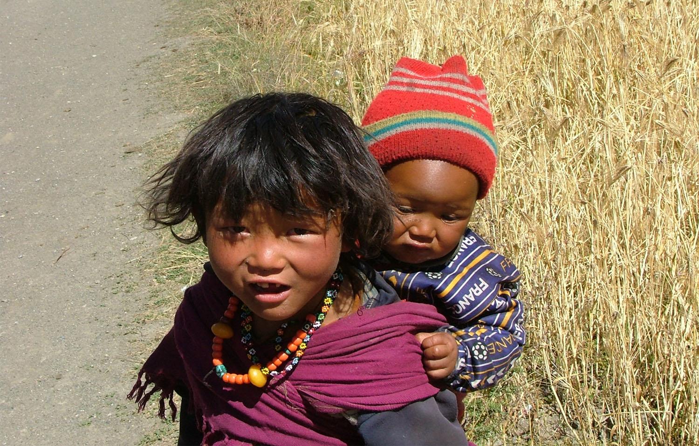 LES GRANDS PORTENT LES PETITS AU NEPAL
