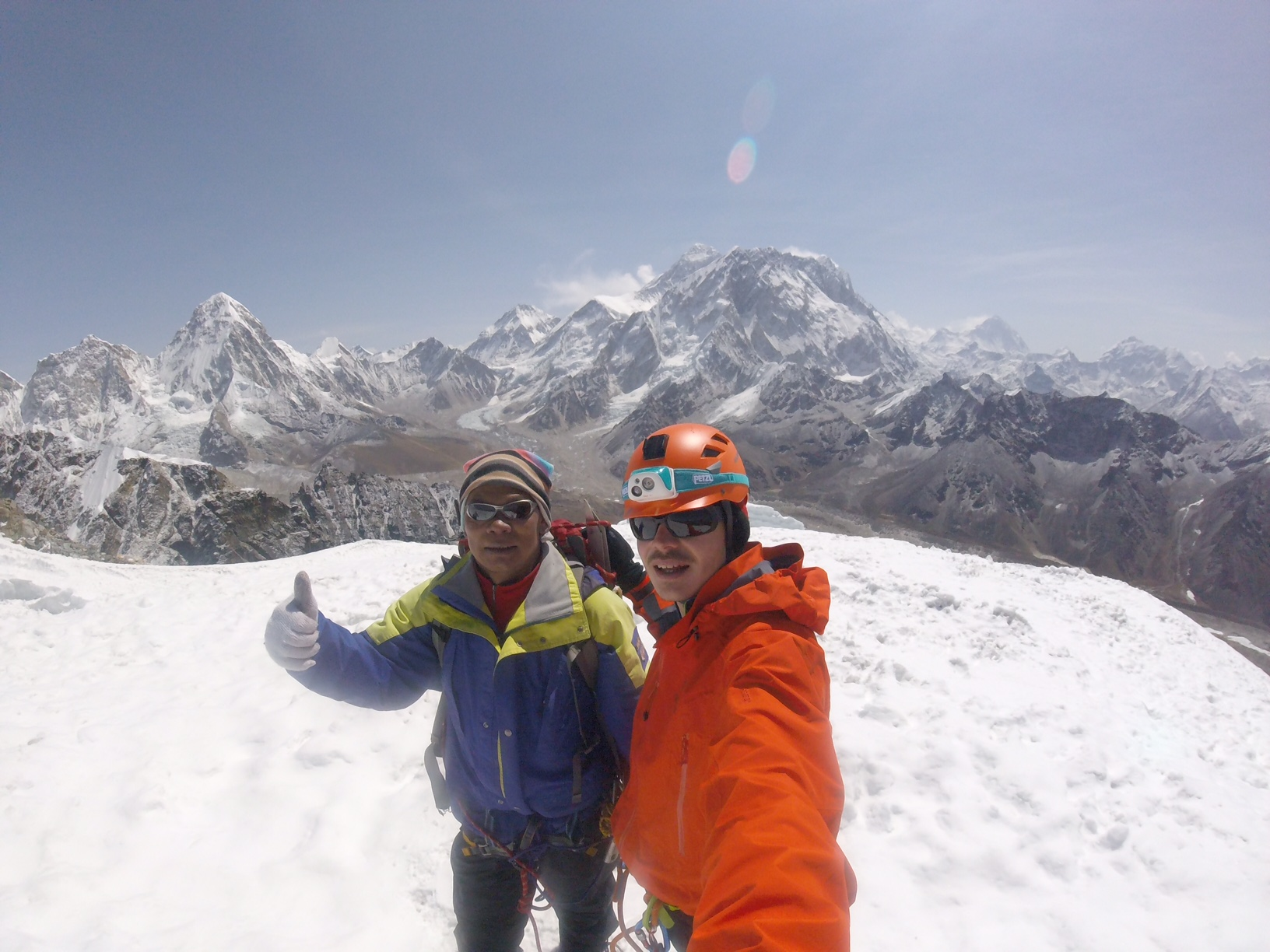 Phurba Karma Sherpa guide et Bertrand Mounier sommet Lobuche peak - photo Bertrand Mounier