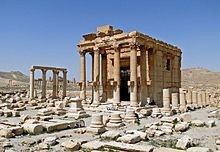 """Temple of Baal-Shamin, Palmyra"" von Bernard Gagnon - Eigenes Werk. Lizenziert unter CC BY-SA 3.0 über Wikimedia Commons - https://commons.wikimedia.org/wiki/File:Temple_of_Baal-Shamin,_Palmyra.jpg#/media/File:Temple_of_Baal-Shamin,_Palmyra.jpg"