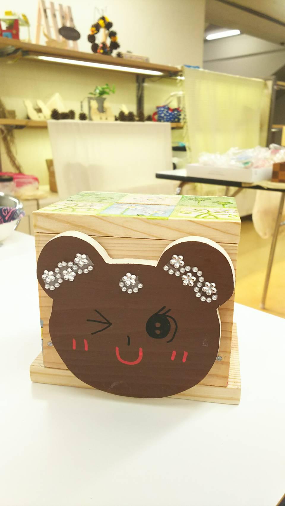 ボックス型ちょ金箱 くまのプレートを女の子らしくデコレーションした愛らしい作品