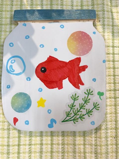 プレートを水槽にイメージした作品。真っ赤な金魚が1匹だけ描いたセンスが素敵な作品♡