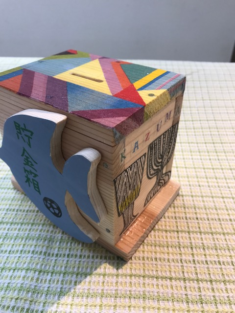 ボックス型ちょ金箱 カラフルな色使いのデコパージュ 一枚張りにチャレンジした大作です!