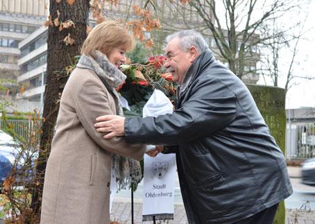 Bürgermeisterin Frau Wolff und Herr Schwarz bei der Kranzniederlegung