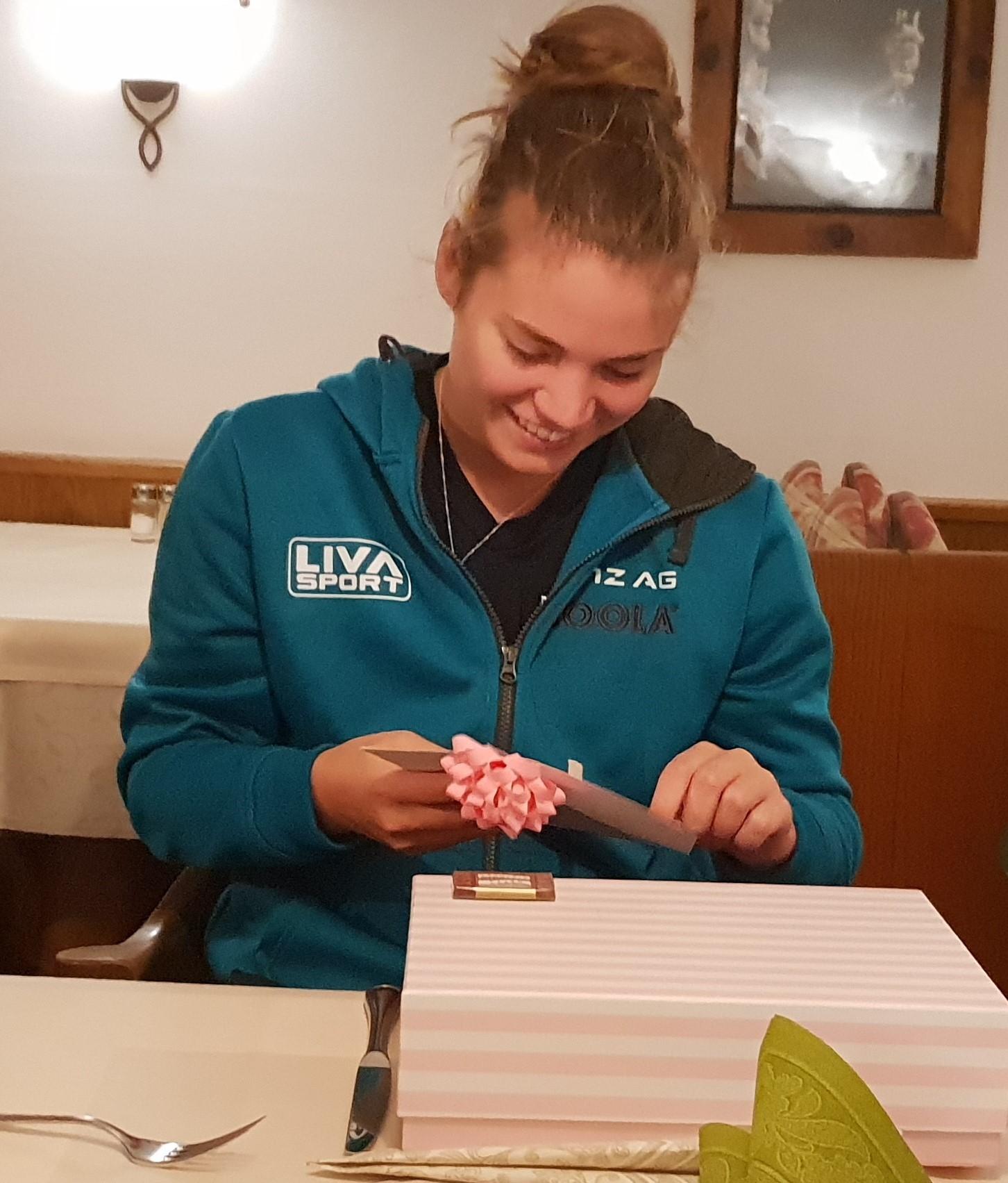 Geburtstagskind Rebekka Carlsen freute sich über ein kleines Geschenk und Gesangsdarbietungen