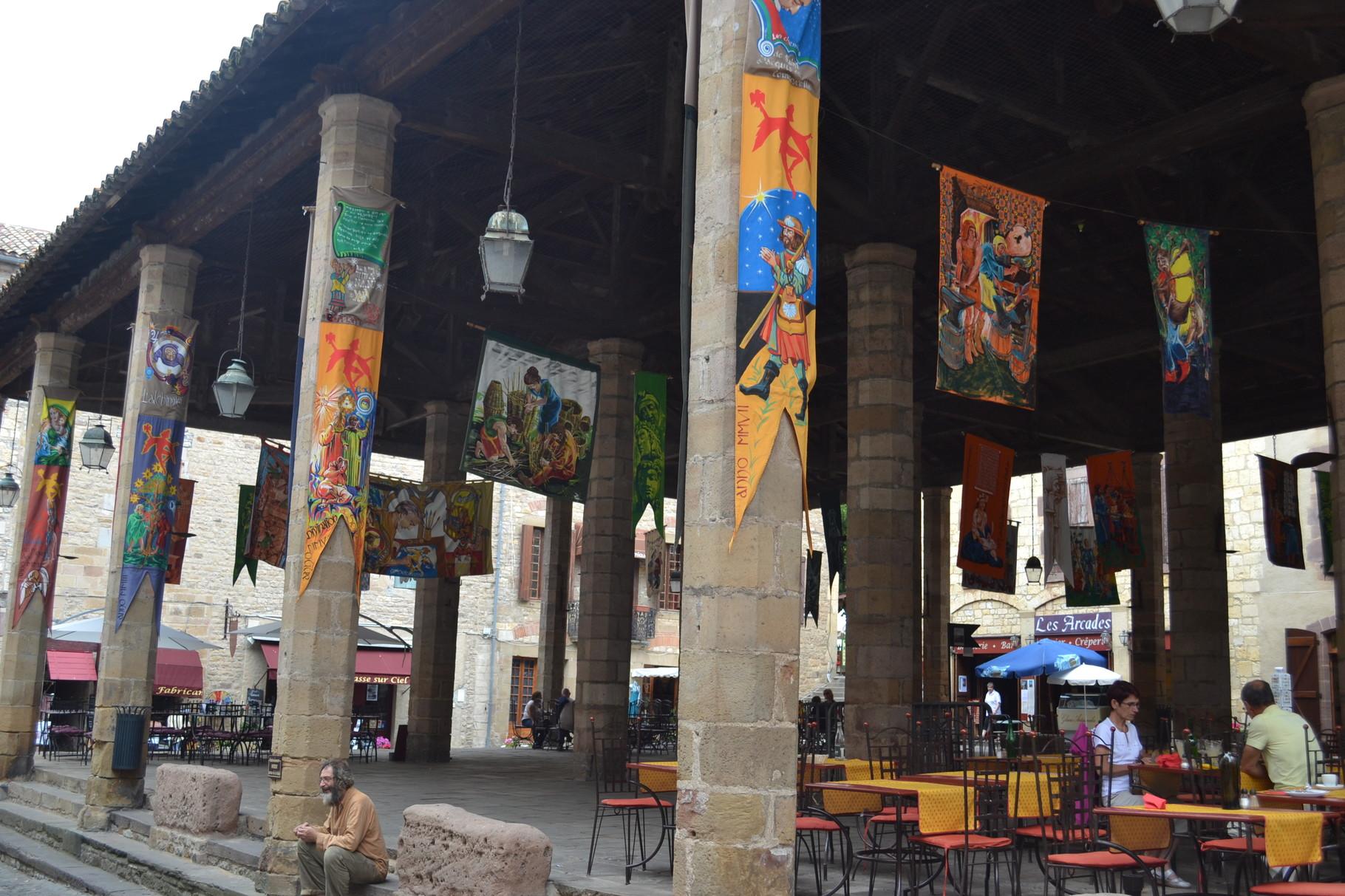 CORDES SUR CIEL La halle et ses décorations médiévales