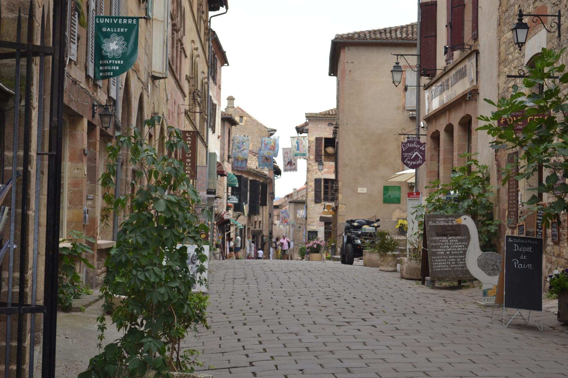 CORDES SUR CIEL La grand-rue menant à la place centrale