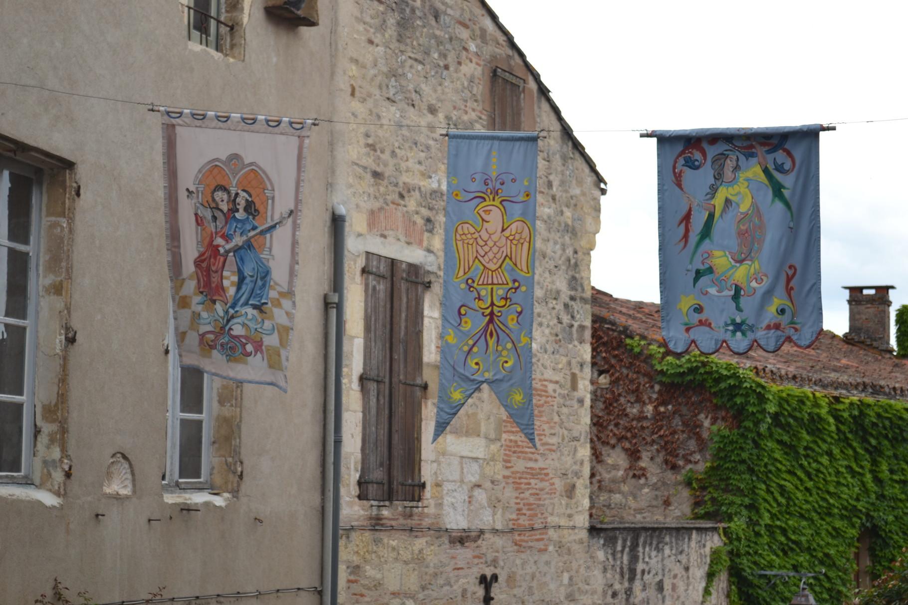 CORDES SUR CIEL Une rue et ses décorations médiévales