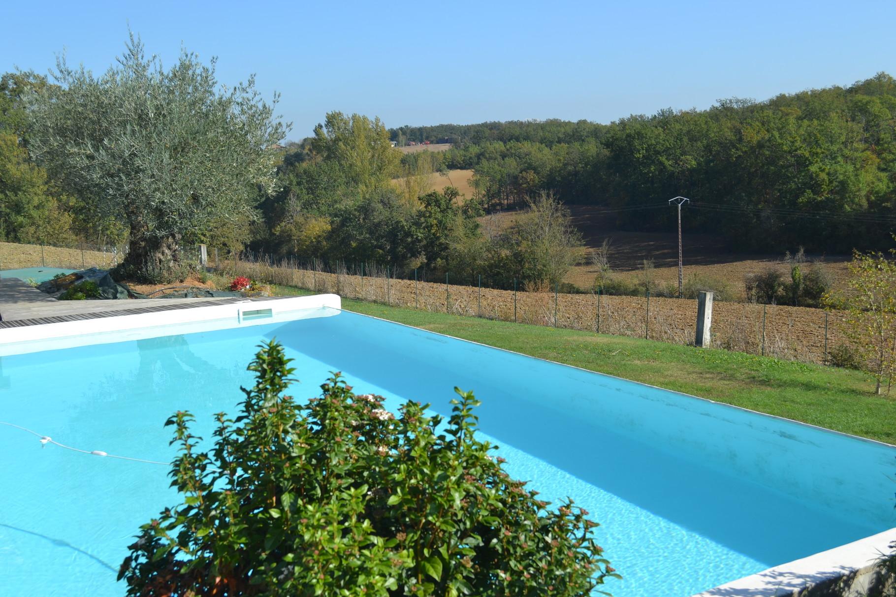 Profiter au maximum de la piscine, sans vis-à-vis, sauf quelque biche ou chevreuil indiscret du fond du vallon,