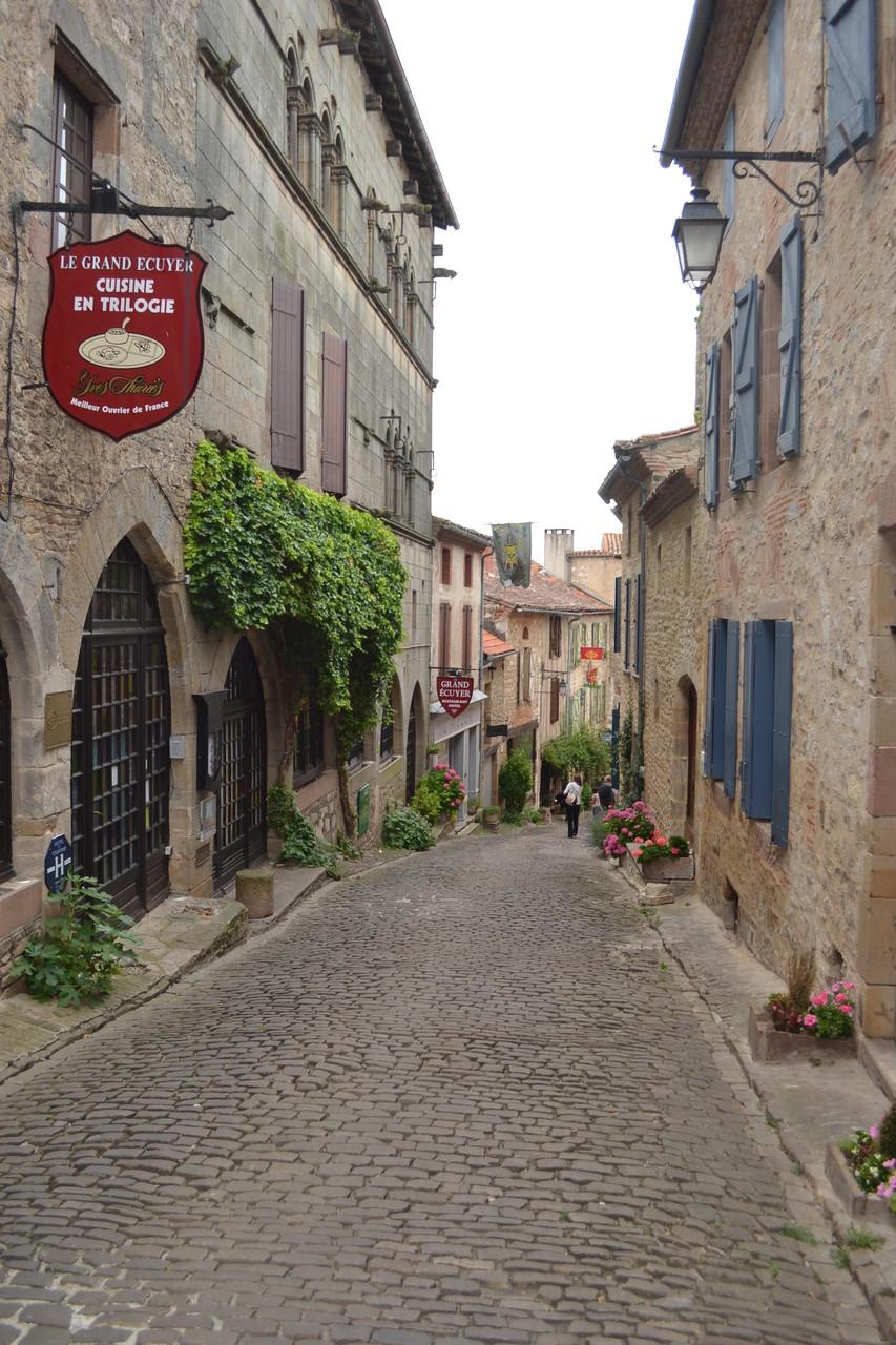 CORDES SUR CIEL Une rue de la vieille ville et l'ancien hôtel restaurant du Grand Ecuyer