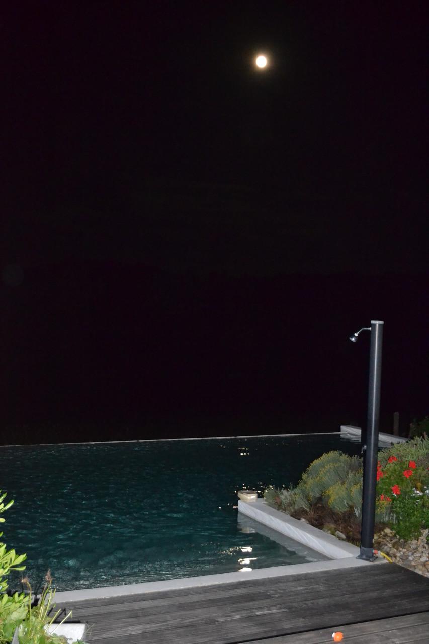 Et pourquoi pas un petit bain sous la pleine lune,