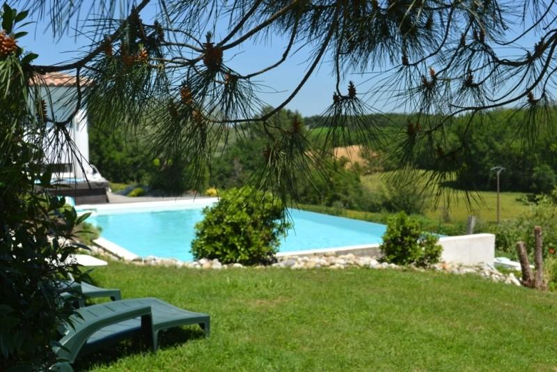 La piscine à débordement fondue dans son décor naturel