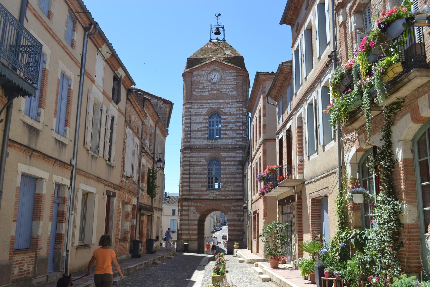 AUVILLAR La Tour de l'Horloge qui abrite aussi le musée de la Batellerie