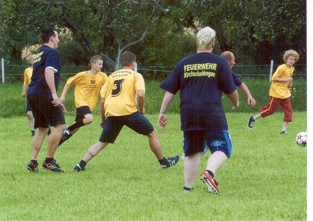 Gute Tradition: Fußball und Spanferkel zum Gemeindefest