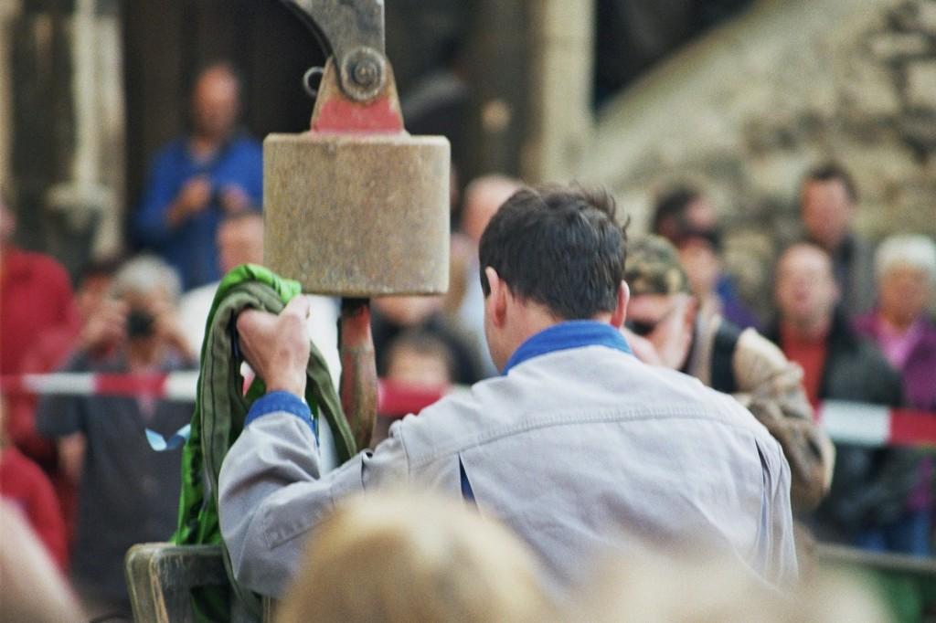 Die erste Glocke wird eingehängt