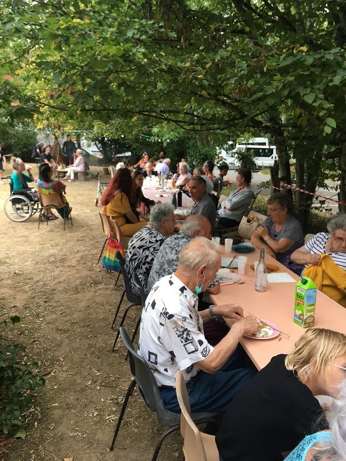 Les résidents de l'EHPAD se sont joints à la fête !