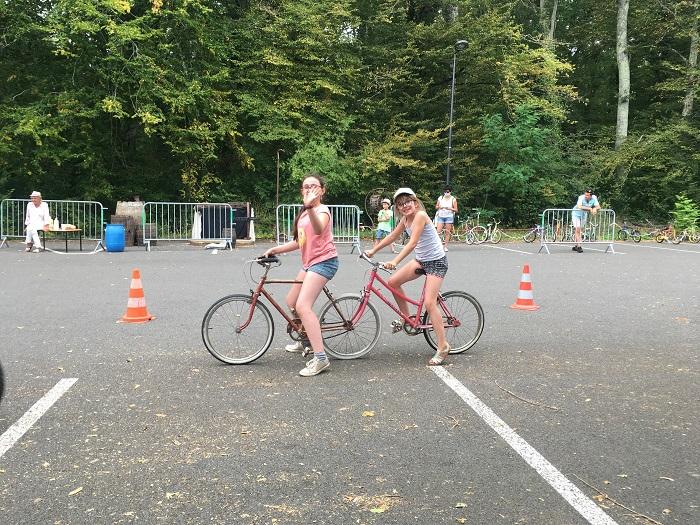 Deux adeptes des vélos rigolos