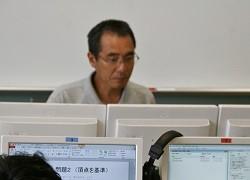 モニターを見ながら生徒の作業の様子をチェックする五十嵐先生