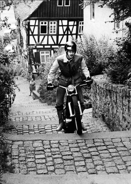 Kirchentreppe in Heppenheim 1976/ Montesa Cota 250 ccm Trialmaschine