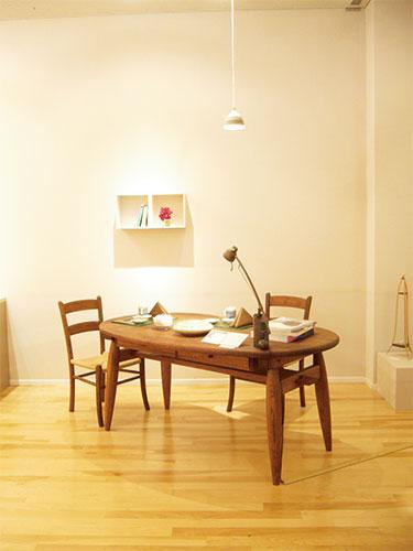 アンティークな風合いのダイニングテーブルです。
