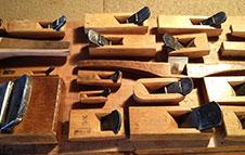 家具造りを支える、さまざまなノミや鉋(かんな)等の手道具たち。