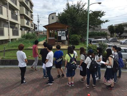 ゼミ合宿での、大阪府内の被差別部落フィールドワークの様子。 地元の方に案内してもらっています。