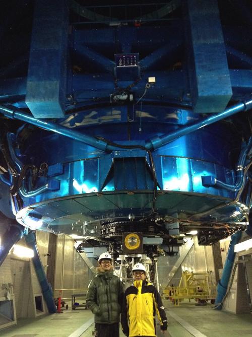 ハワイ・マウナケア山頂にある世界最大の望遠鏡のひとつ「すばる望遠鏡」で木星オーロラを観測しました。大きな望遠鏡は圧巻です。標高4000mの気圧はふもとの6割しかなく空気が薄いです。