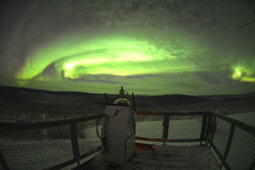 アラスカのポーカーフラットは世界で最もオーロラ観測に適した場所の一つです。ここにオーロラ観測装置を設置して、オーロラの形や動きの謎を解明しています。