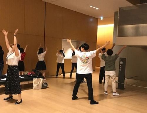ゼミで京都女子大学、京都大学の学生さん、大学院生さんらとともに京都国立博物館で開催した「『天体と音楽』をテーマとした科学・音楽コミュニケーション~地球を知ろう~」のイベントに参加しました。開始前、ホールの空きスペースで《パプリカ》のふりつけを練習中です。