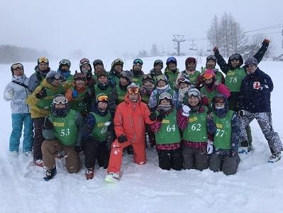 雪上のスポーツ(スキー) 自然の中で苦楽を共にして、気の置けない間柄に。 スポーツの楽しさと喜びを伝える指導者を育成。